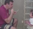pai surdo ensinando filho a escovar os dentes